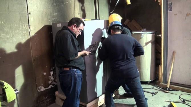 미국 인증기관 'UL' 기술자들이 금고 설계도를 토대로 각종 도구를 이용해 금고의 안전성을 테스트하고 있다. 테스터들의 '공격'을 얼마나 오랫동안 막는지에 따라 금고의 등급이 결정된다. - 유투브 캡처 제공
